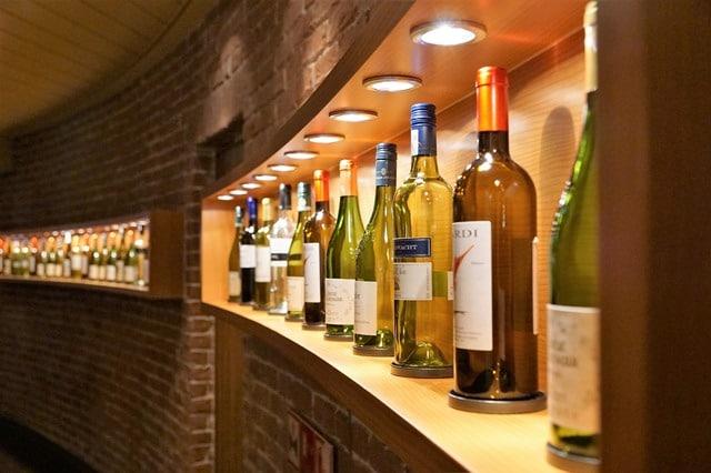 דוגמא קטנה ממבחר היינות ב-Wine Palace Monte-Carlo