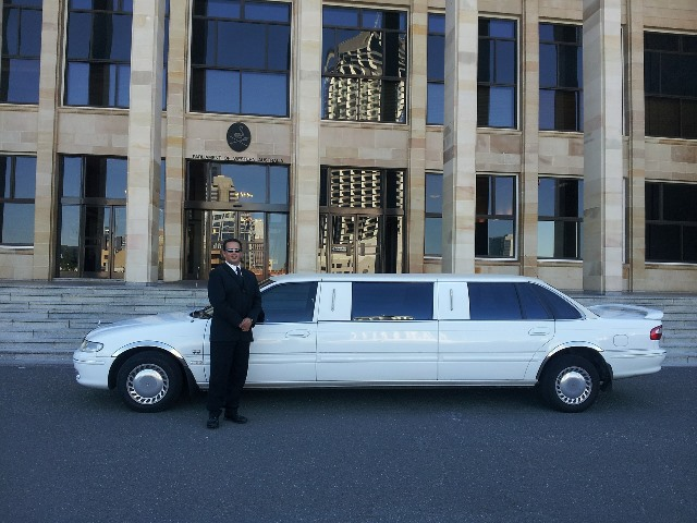 לימוזינה עם נהג פרטי עומדת לשירותכם במונקו