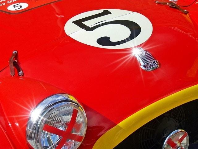 מכונית מרוץ אדומה עתיקה