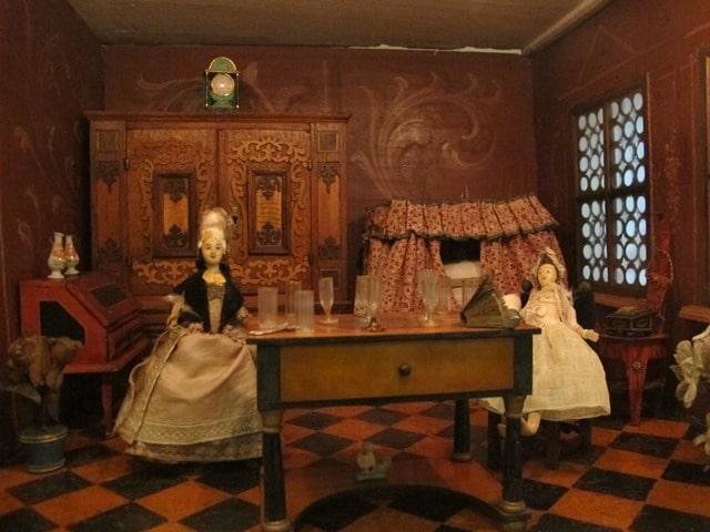 בובות היסטוריות בעולם מיניאטורי במוזיאון וילה סאובר