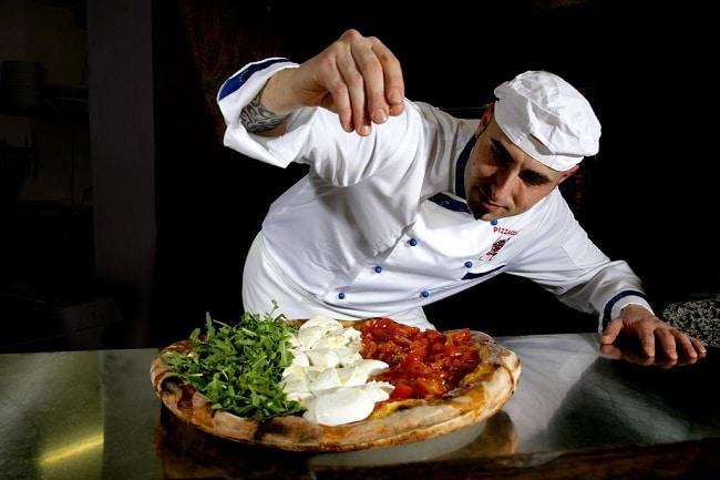 שף במסעדה האיטלקית של מלון אמבסדור