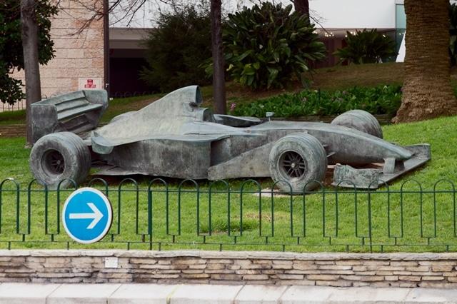 פסל של מכונית מירוץ בשביל הפסלים במונקו