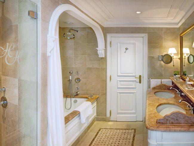 חדר אמבטיה במלון הרמטיאז