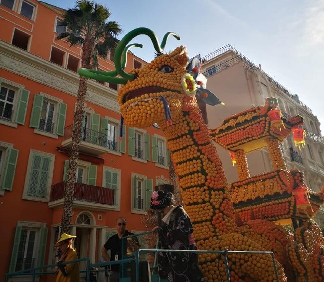 בובת ענק של דרקון עשויה מלימונים בפסטיבל הלימון במנטון - מבט מהצד