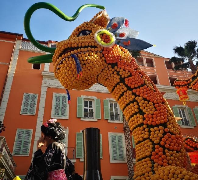 בובת ענק של דרקון עשויה מלימונים בפסטיבל הלימון במנטון